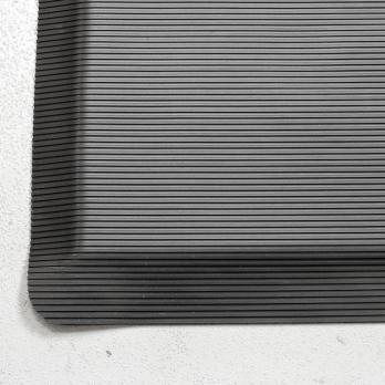 Противоусталостный мат, линейное рифление, цвет черный цвет с двумя черными краями