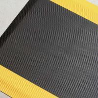 Противоусталостный мат, линейное рифление, цвет черный цвет с двумя желтыми краями